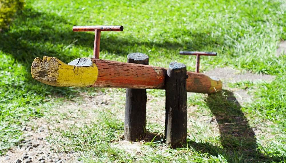 balançoire à bascule en bois