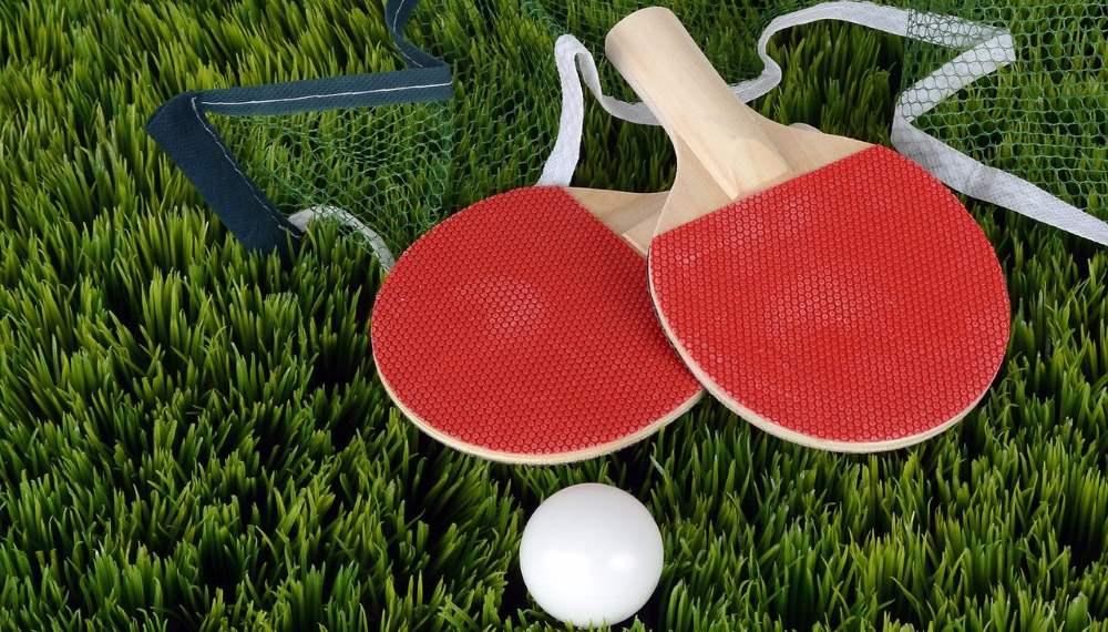raquettes et balle de ping pong
