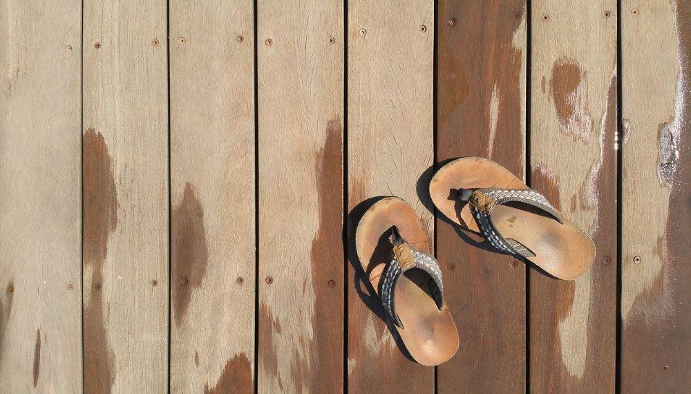 tongs sur terrasse en bois